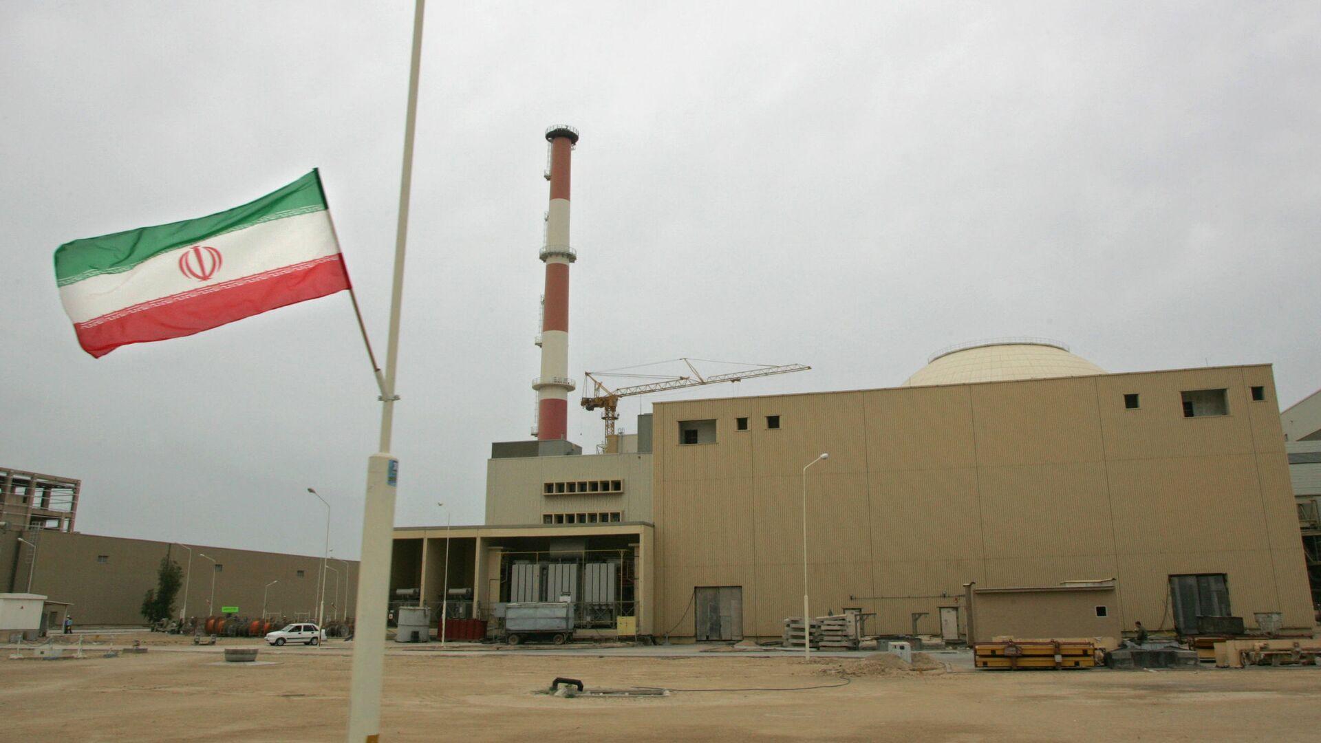 La bandera de Irán junto a la planta nuclear de Bushehr - Sputnik Mundo, 1920, 01.02.2021