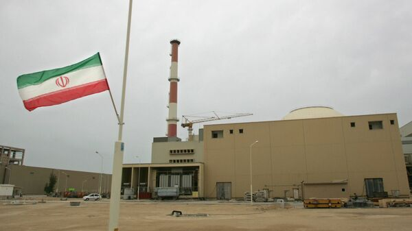 La bandera de Irán junto a la planta nuclear de Bushehr - Sputnik Mundo
