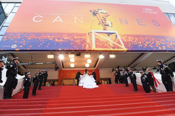 Caras conocidas y mucho glamur en la inauguración del Festival de Cannes - Sputnik Mundo