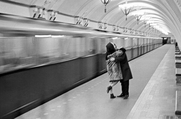 Una pareja se da un beso mientras espera al último tren del metro de Moscú, 1965. - Sputnik Mundo