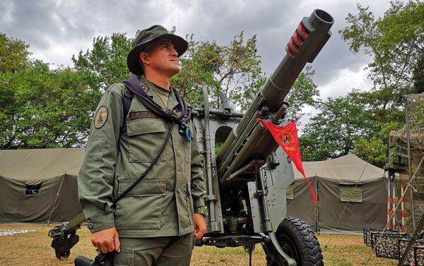 Primer Teniente, Osman García, Grupo de Artillería G/J José La Cruz Carrillo junto a un sistema de armas de 105 mm - Sputnik Mundo