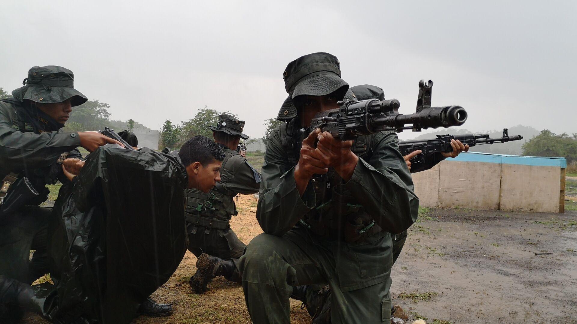 Cadetes de la Academia de la Guardia Nacional Bolivariana, en la cancha de combate en áreas construidas - Sputnik Mundo, 1920, 09.07.2021