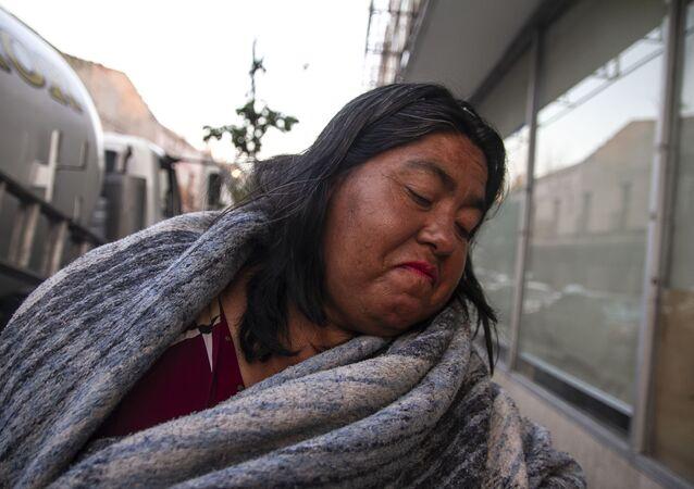 Mujer en situación de calle posa para foto
