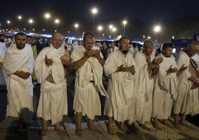 Peregrinos musulmanes rusos rezan durante el hach en Arabia Saudí