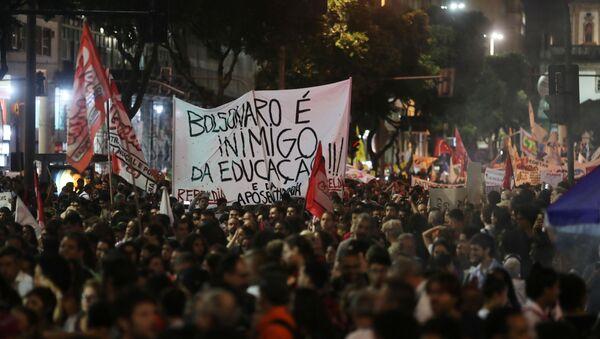 Protesta en Río de Janeiro contra recortes de Bolsonaro a la educación - Sputnik Mundo