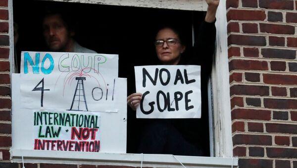 Manifestantes en la embajada de Venezuela en Washington, EEUU - Sputnik Mundo