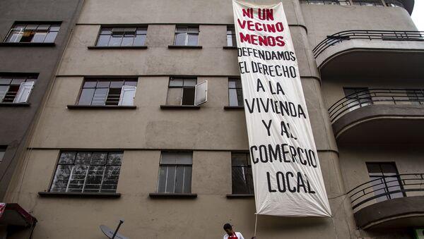 Edificio Trevi con una lona que dice ni un vecino menos. defendamos el derecho a la vivienda y el comercio local - Sputnik Mundo