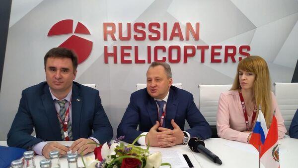 El director general adjunto de Helicópteros de Rusia, Ígor Chéchikov (centro) - Sputnik Mundo