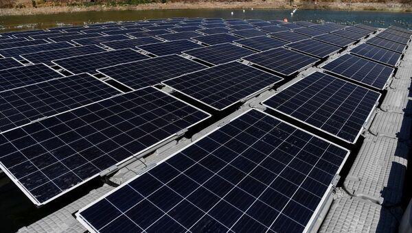 Un parque fotovoltaico instalado sobre una plataforma flotante en Colina, Chile - Sputnik Mundo