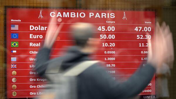 Una pizarra con cotizaciones de monedas extranjeras en Argentina - Sputnik Mundo