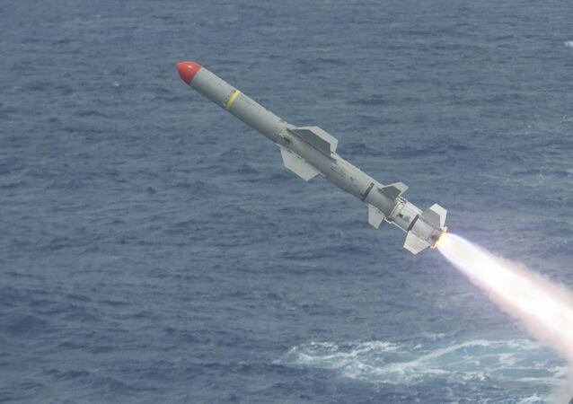 Lanzamiento de un misil antibuque, imagen referencial