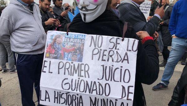 Una mujer con un carten en apoyo a Cristina Fernández fuera de tribunales - Sputnik Mundo