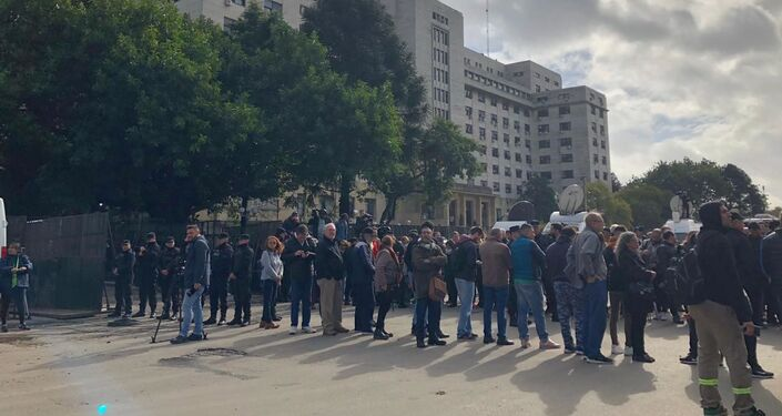 Manifestantes en apoyo a Cristina Fernández fuera de la sede judicial de Comodoro Py