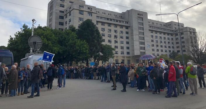 Manifestantes a favor de Cristina Fernández fuera de la sede judicial de Comodoro Py