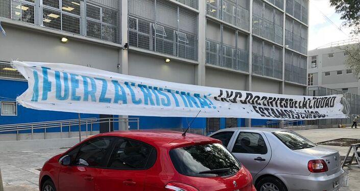 Pancarta en apoyo a Cristina Fernández colocada fuera de la sede judicial de Comodoro Py