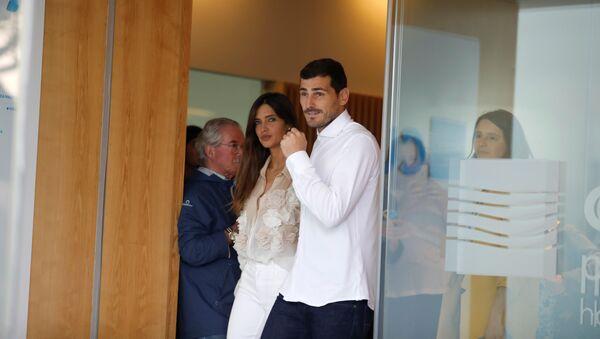 Iker Casillas sale del hospital en Porto junto a su esposa Sara Carbonero - Sputnik Mundo