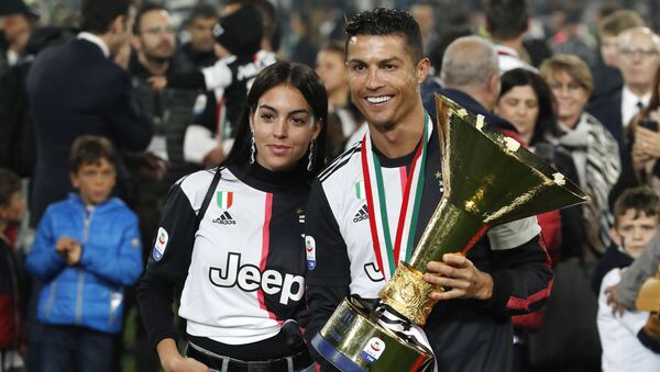Cristiano Ronaldo sostiene el trofeo de la Serie A de fútbol - Sputnik Mundo