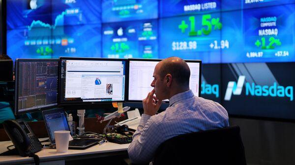 A trader works at the Nasdaq MarketSite in New York  - Sputnik Mundo