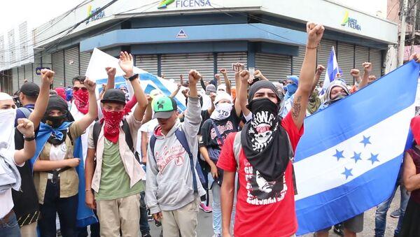Violentos enfrentamientos estallan en Honduras durante unas protestas contra las reformas - Sputnik Mundo
