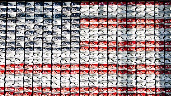 Unas Converse forman la bandera de EEUU - Sputnik Mundo