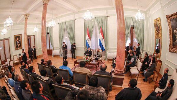 El presidente de Paraguay, Mario Abdo Benítez, recibe a un grupo de indígenas en la sede de Gobierno  - Sputnik Mundo