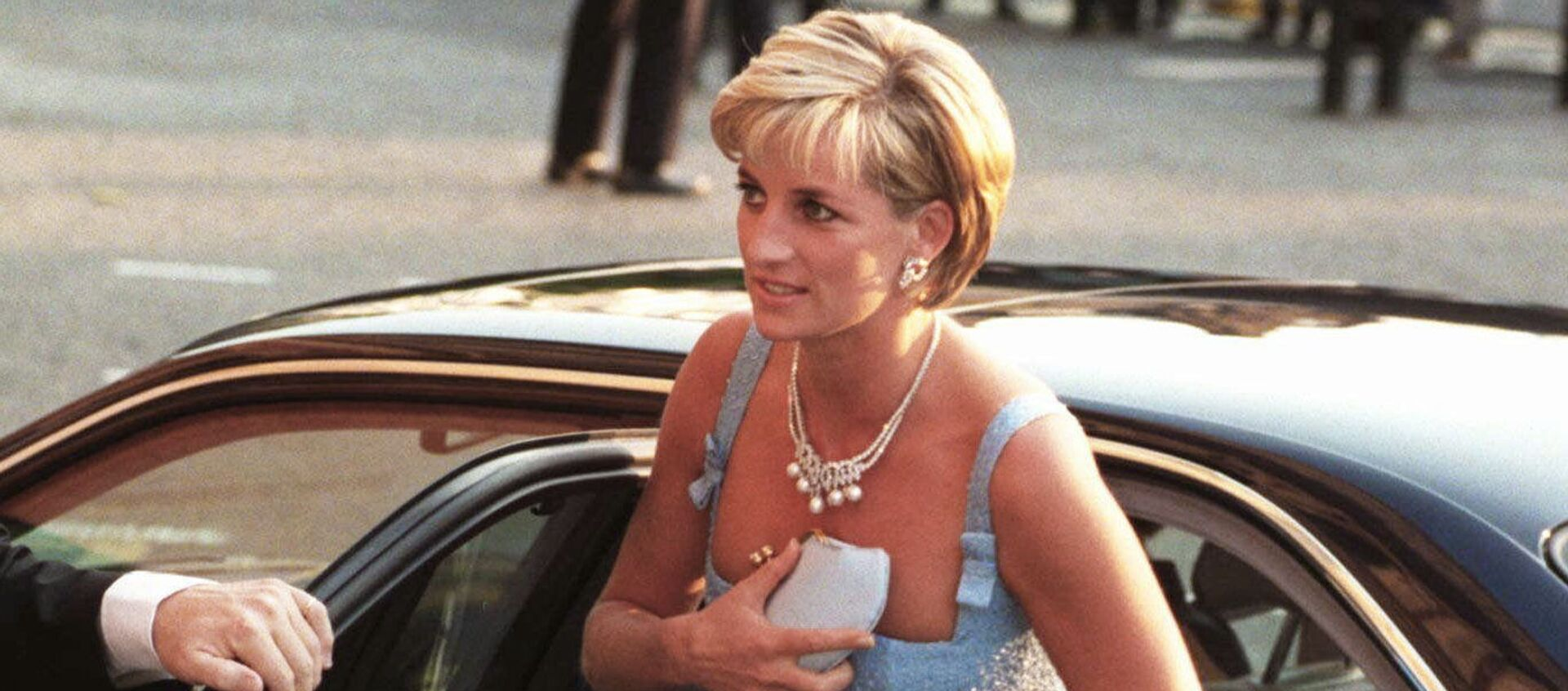 La princesa Diana sale de su coche - Sputnik Mundo, 1920, 29.03.2020