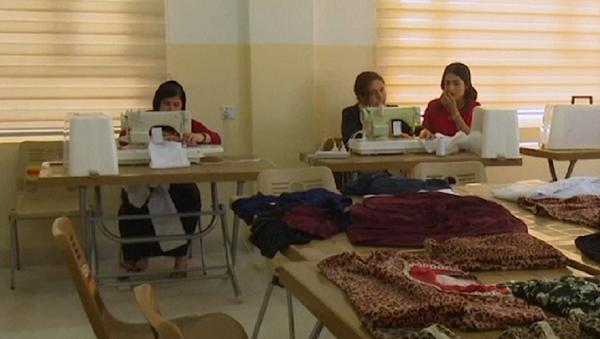 Sanando las heridas: mujeres yazidíes que escaparon de ISIS aprenden nuevos oficios - Sputnik Mundo