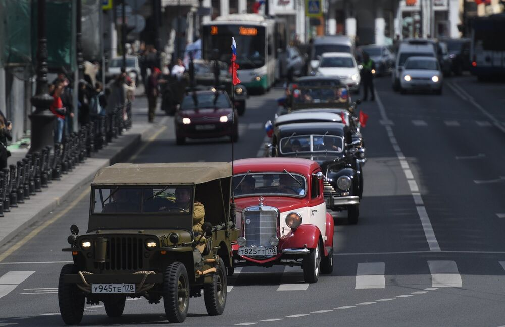 Desde buses hasta autos de carreras: los vehículos 'retro' invaden las calles de Moscú y San Petersburgo