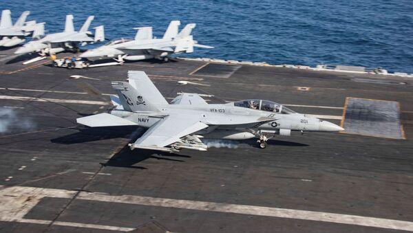 Un F/A-18F Super Hornet aterriza en el portaviones USS Abraham Lincoln en el golfo de Omán - Sputnik Mundo