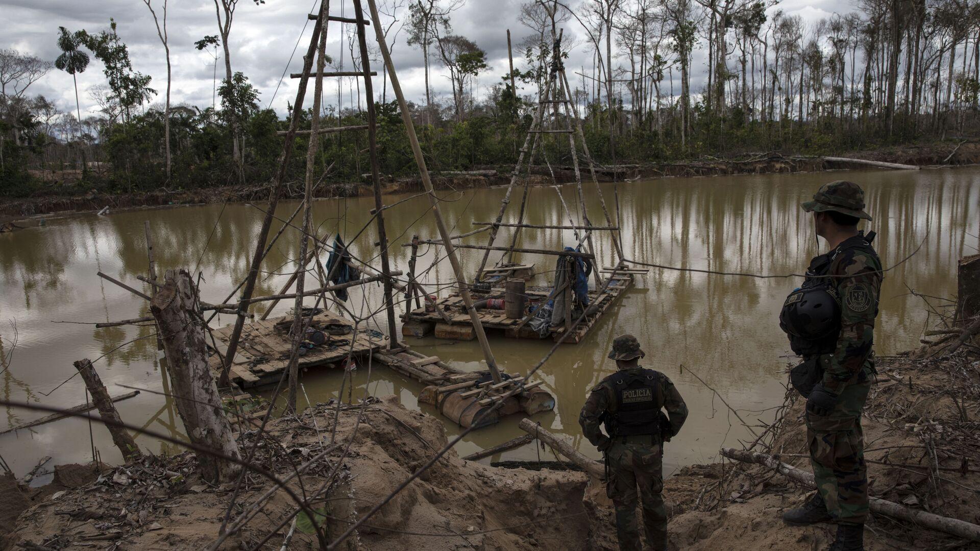 El agua contaminada cerca de la minería de oro en Perú - Sputnik Mundo, 1920, 22.07.2021