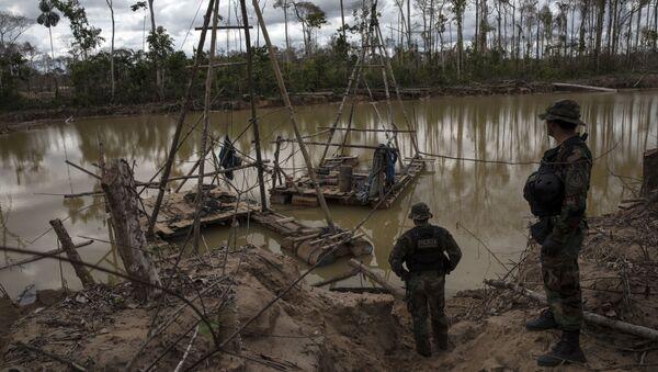 El agua contaminada cerca de la minería de oro en Perú - Sputnik Mundo