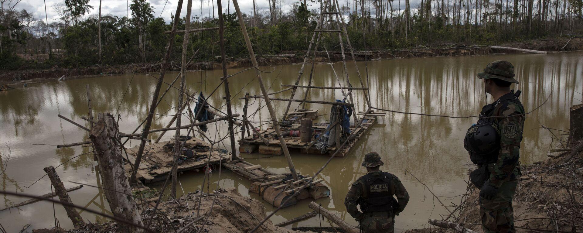 El agua contaminada cerca de la minería de oro en Perú - Sputnik Mundo, 1920, 02.10.2020