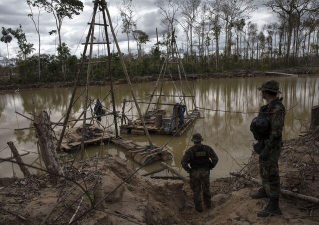 El agua contaminada cerca de la minería de oro en Perú (archivo)