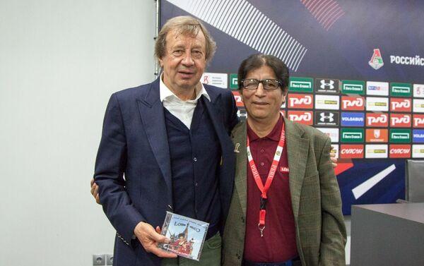 Con Yury Pávlovich Siomin (iz.), el entrenador del FC Lokomotiv, Sub-campeón de la Premier Liga de Rusia 2019, y Campeón de la Copa de Rusia 2019 - Sputnik Mundo