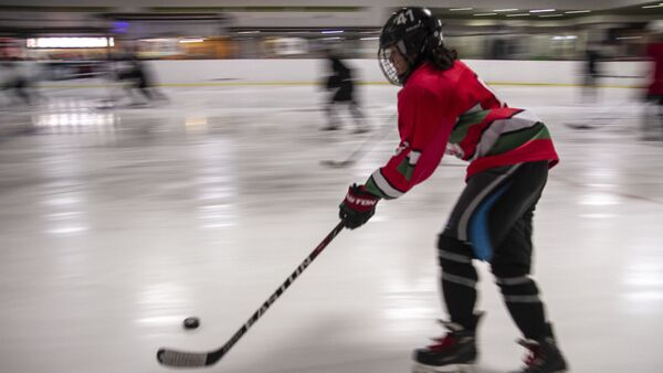 Jugadora que aspira a ser parte de la selección mexicana femenina sub 18 de hockey sobre hielo, durante su práctica - Sputnik Mundo