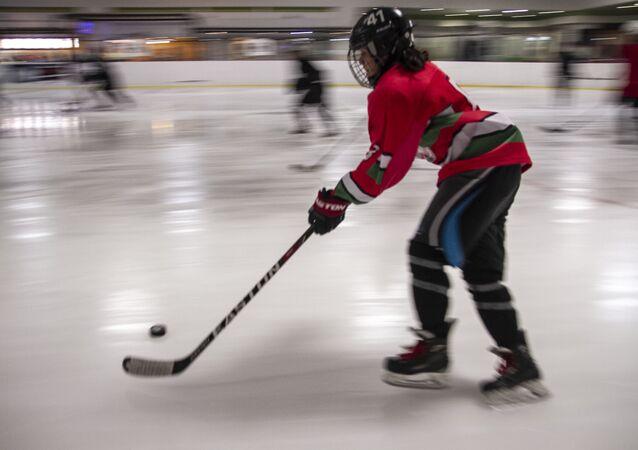 Jugadora que aspira a ser parte de la selección mexicana femenina Sub 18 de hockey sobre hielo, durante su práctica
