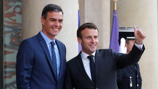 El presidente de Francia, Emmanuel Macron, junto a su homólogo español, Pedro Sánchez - Sputnik Mundo