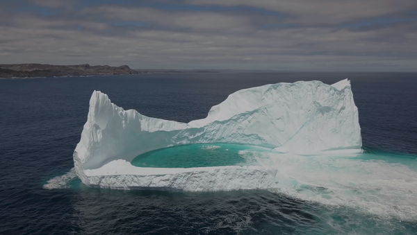 Un dron registra una rara laguna flotante en la costa de Canadá - Sputnik Mundo