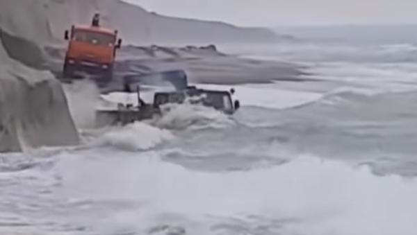 Cuando el mar se convierte en un lavadero gratuito de automóviles - Sputnik Mundo