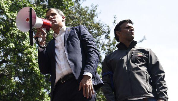Los dirigentes opositores venezolanos Juan Guaidó (con el altoparlante) y Leopoldo López - Sputnik Mundo