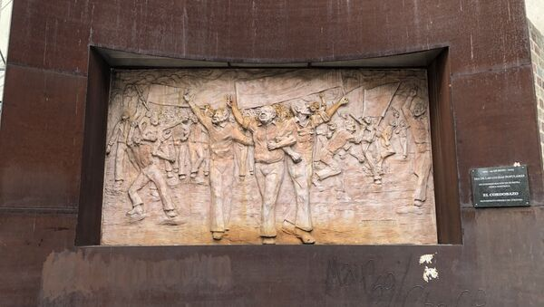 Un bajorrelieve recuerda el Cordobazo, un hito en la historia de los movimientos estudiantiles y obreros de Argentina - Sputnik Mundo