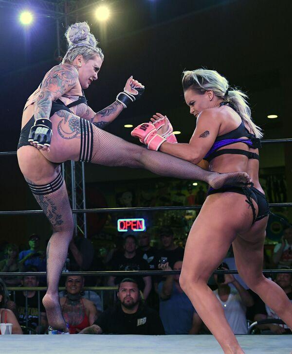 Así es un campeonato de lucha femenina en ropa interior - Sputnik Mundo