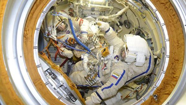 Los cosmonautas rusos Oleg Kononenko y Alexéi Ovchinin se preparan para un paseo espacial - Sputnik Mundo