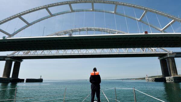 Un guardia fronterizo cerca del puente de Crimea, Rusia - Sputnik Mundo