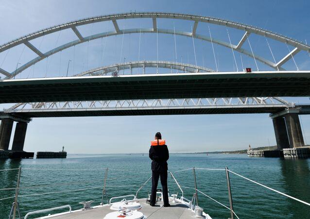 Un guardia fronterizo cerca del puente de Crimea, Rusia