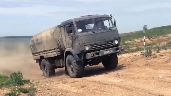 Rusia celebra el día del automovilista militar - Sputnik Mundo