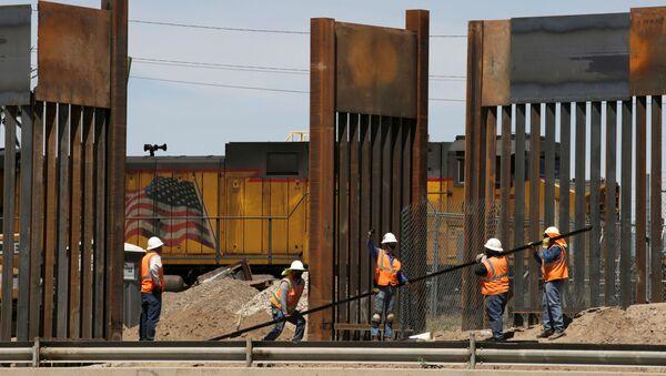 La construcción del muro fronterizo entre EEUU y México - Sputnik Mundo