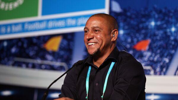El futbolista Roberto Carlos durante el Foro Internacional de Fútbol del programa social infantil de la empresa rusa Gazprom 'Fútbol por la Amistad' que se celebró en Madrid el 30 de mayo. - Sputnik Mundo