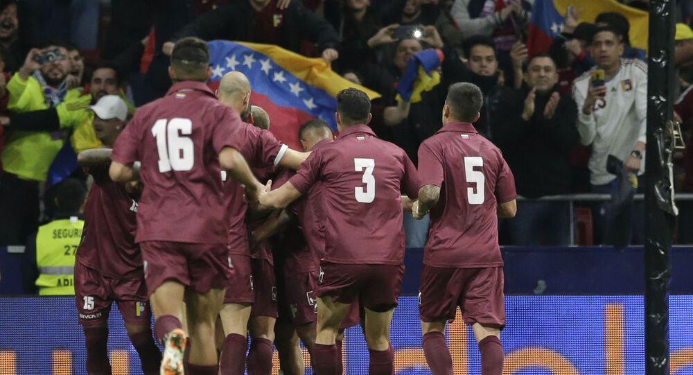 Futbolistas de la selección de fútbol de Venezuela celebrando un gol