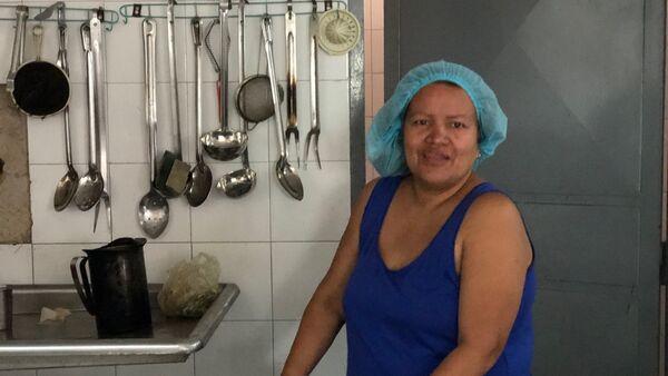 Lilibet cuenta que en el liceo Perú de Lacroix no hay agua en el día que habla con Sputnik, pero aún así carga enormes tanques para poder hacer su trabajo como Cocinera de la Patria - Sputnik Mundo